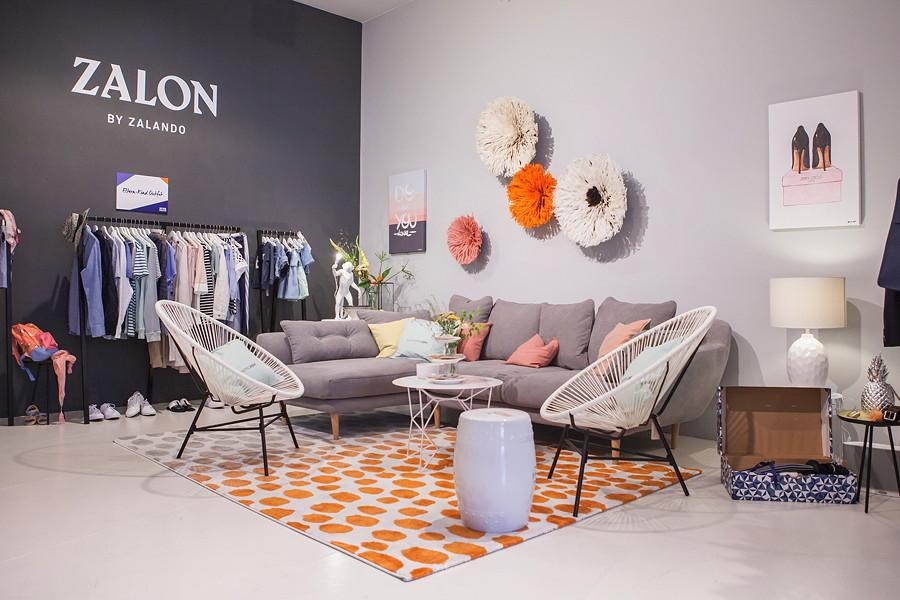 """Stylingberatung im Wohnzimmer – der """"Mode Zalon"""" während der Berlin Fashion Week. Interior von Westwing Now"""