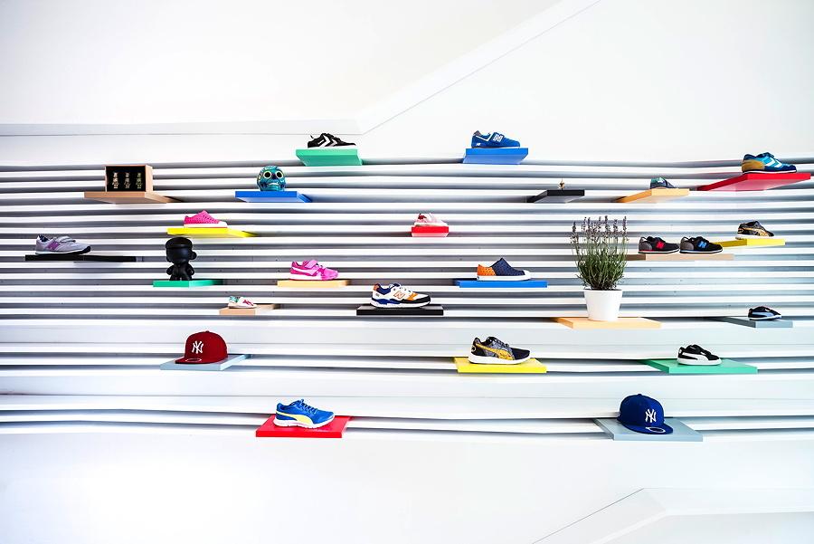 Coole Sneaker, perfekt in Szene gesetzt! Das originelle Interior Design hat der Architekt Nico Leist (Studionel) entworfen © Daniel Reiter