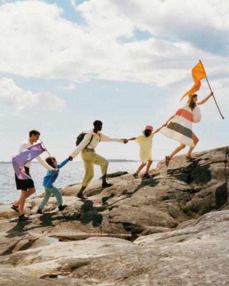 Ferien auf Saltkrokan: Mit seiner neuen Outdoor-Kollektion weckt ARKET die Lust auf das Leben unterm Schärenhimmel