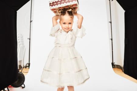 Märchenhaft und verspielt – das ausladende Kleid ist zwar schlicht in der Farbe, aber raffiniert in den Details