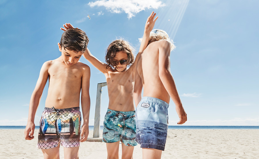 Sonnenschutz! Echte Beach Dudes tragen Badeshorts von Molo im ikonischen Photoprint-Design © Claus Troelsgaard
