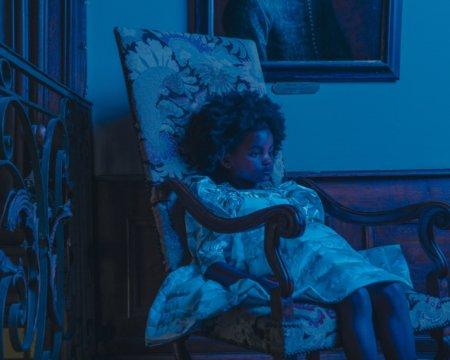 Is there a ghost? Caroline Bosmans zieht uns in ihrer neuen Kampagne mit schaurig schönen Bildern in den Bann
