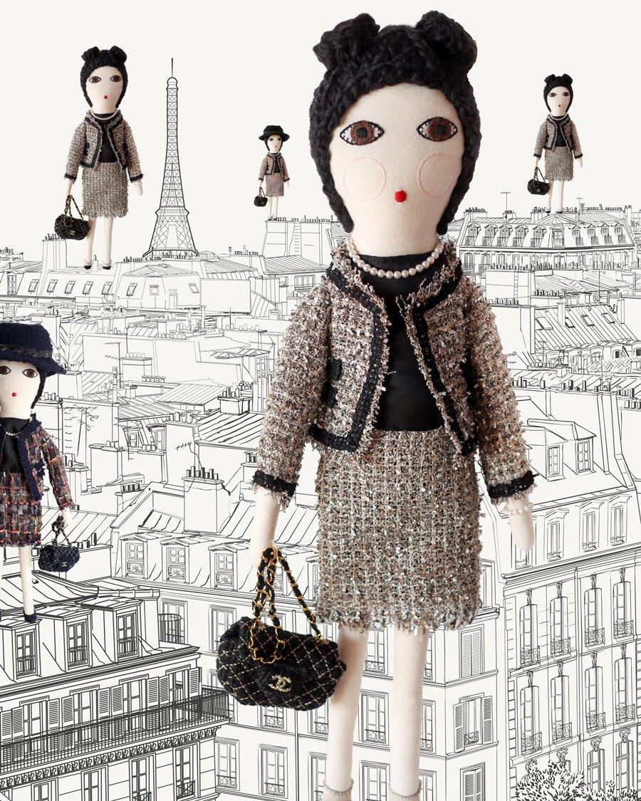 Ikonen der Moderne: Die Coco Chanel von SEVERINA KIDS posiert vor der Eiffelturm-Kulisse des Tapeten-Herstellers MURALS WALLPAPER