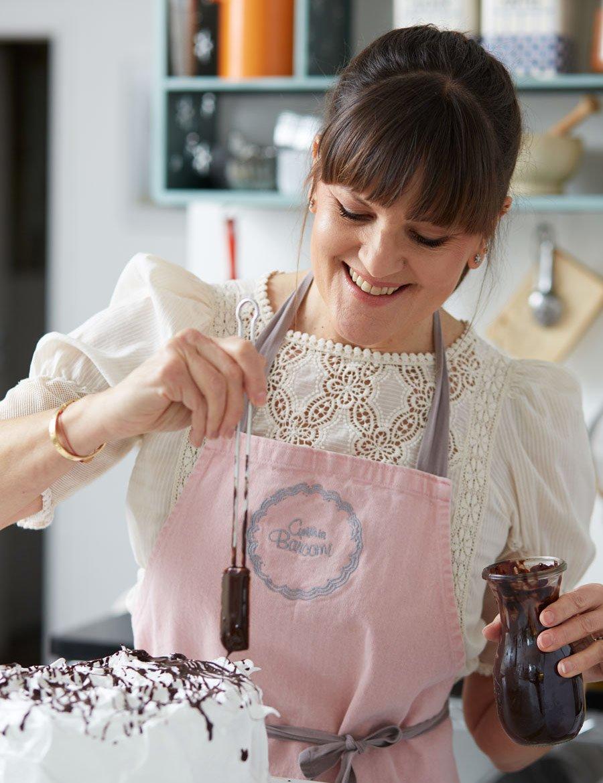 Kuchen Backrezepte à la Barcomi: Cynthia beim Dekorieren einer Schokoladen-Chiffon-Torte © DK Verlag/Nicola Walsh
