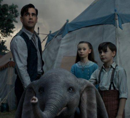 Colin Farrell als kriegsversehrter Zirkusstar kümmert sich gemeinsam mit seinen Kindern Milly und Joe um den traurigen Elefanten. Image © Disney