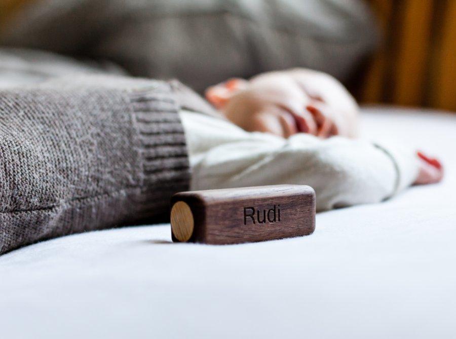Rudis Rassel aus Nussbaum- und Eschenholz: Die Baby-Spielzeuge von FEELWOOD lassen sich auf Wunsch personalisieren