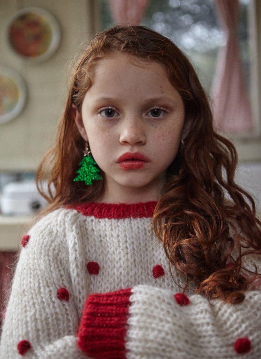 Oh Tannenbaum! Pilar Picazo vom Label Fish & Kids geht mit ihrem Pom-Pom Christmas Sweater unter die Weihnachtsfreaks