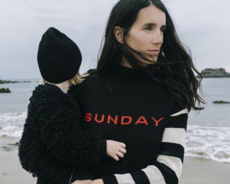 I Love Sunday Best! Designerin Faye Wilde hat den Lieblings-Wochentag ihres Sohnes Beau auf einem Stricksweater verewigt