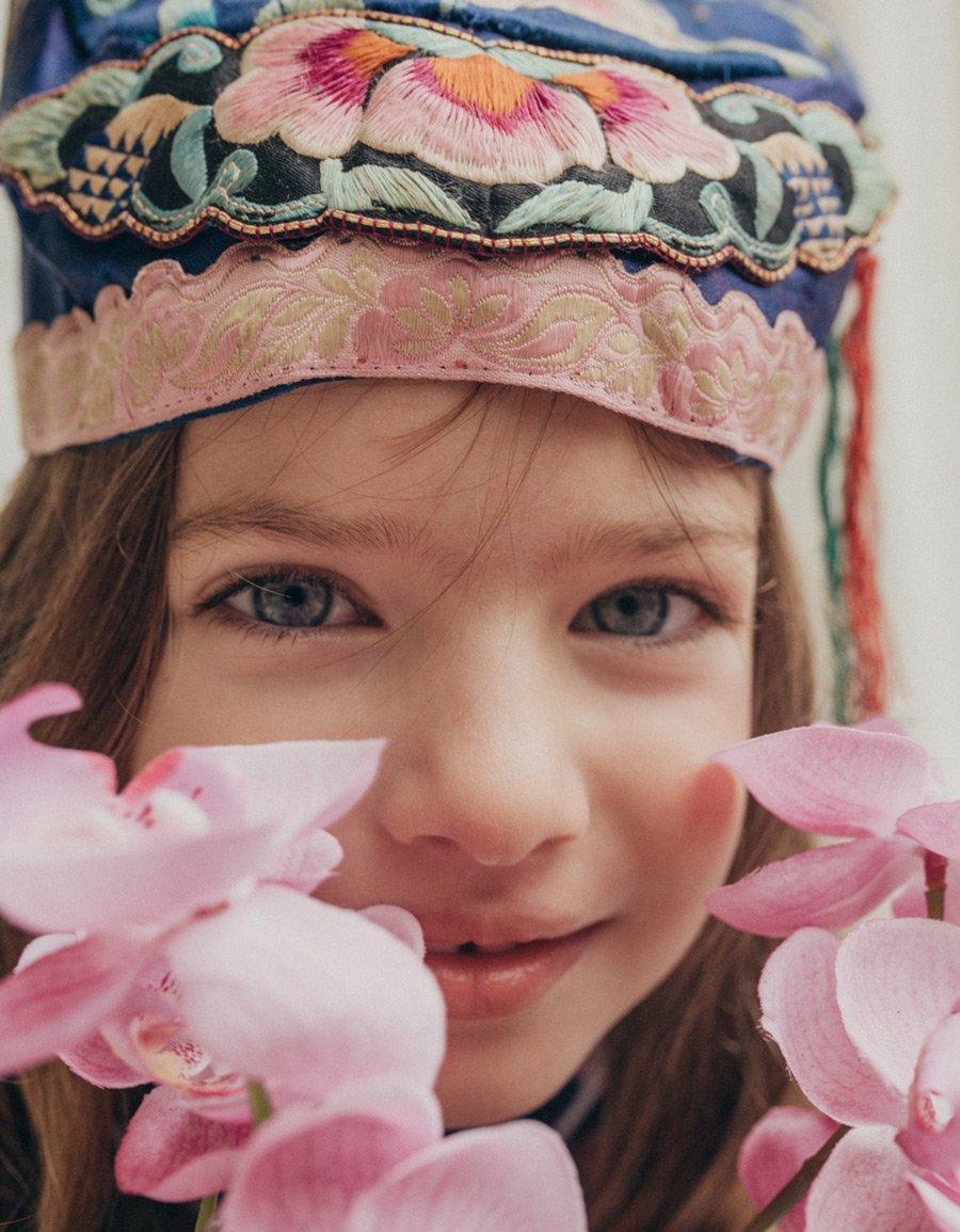 Stay at home, Sunday Girl! In unserem Mode-Editorial inszeniert die Fotografin Gaia Bonanomi Lockdown-Outfits vom Feinsten