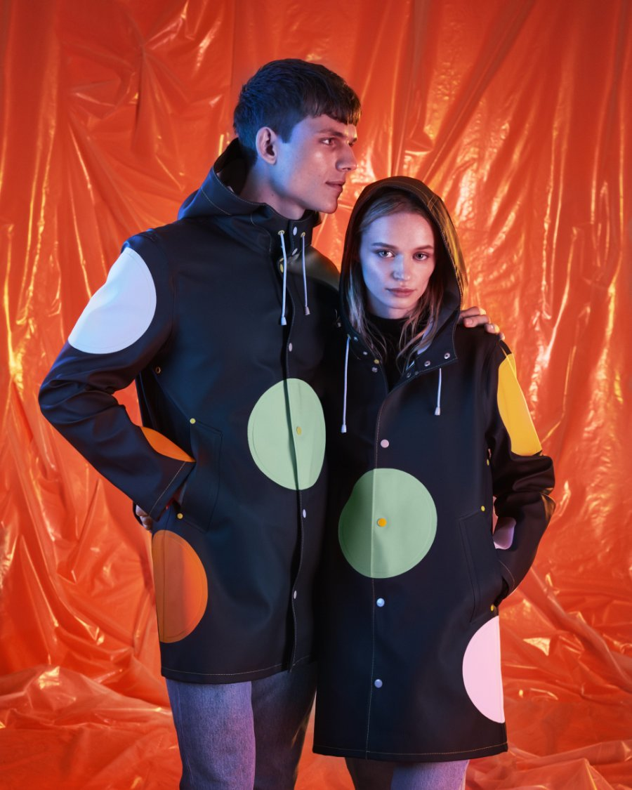 Happiness vs. Tristesse: Der Regenmantel von Stutterheim x Happy Socks verbindet zurückhaltendes Design mit poppiger Lebensfreude