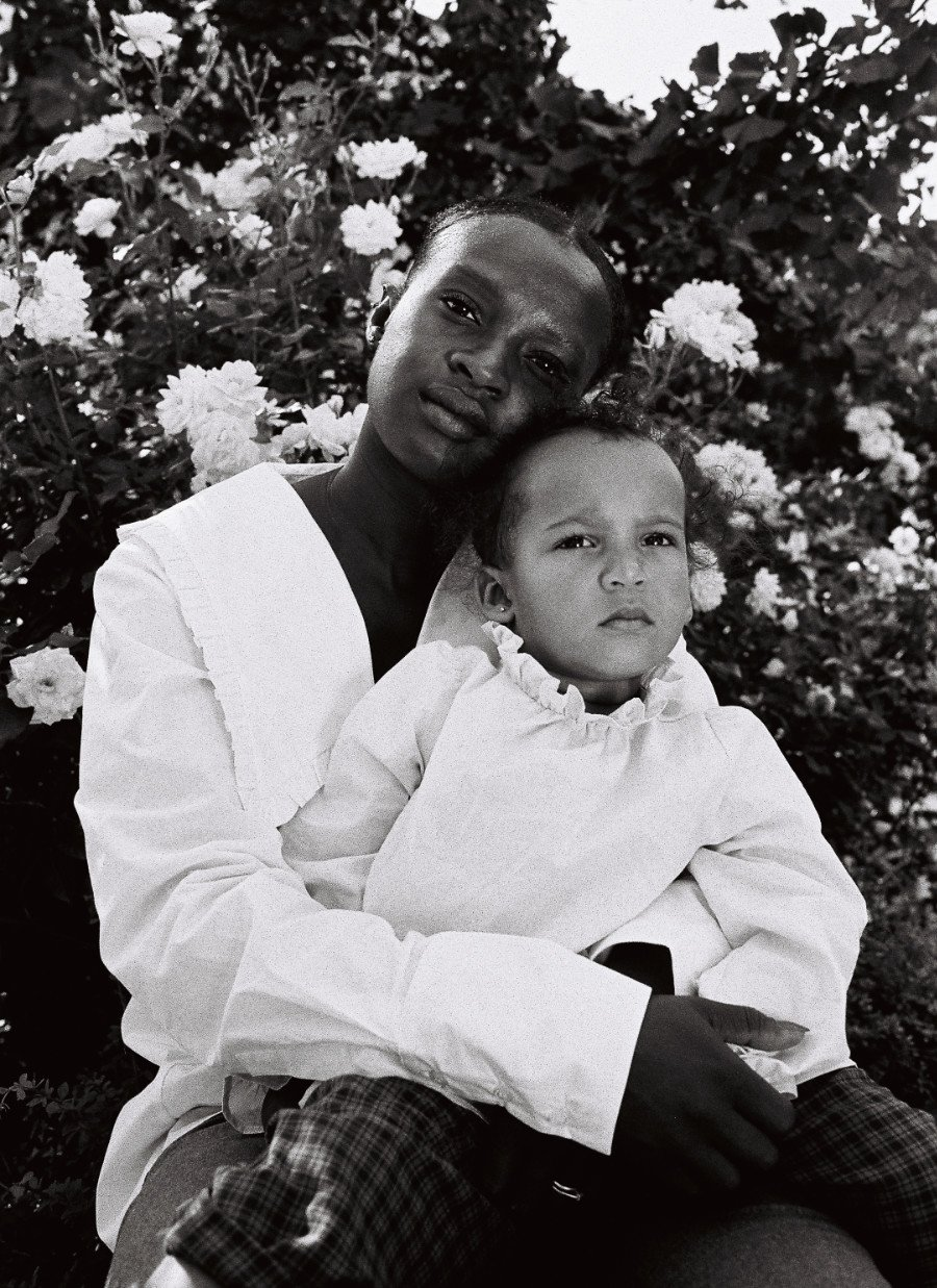 Ikonisch: Madonnengleich posiert Charlène Sery mit Tochter Cleofe für die Mummy & Mini Kollektion von IVY & OAK