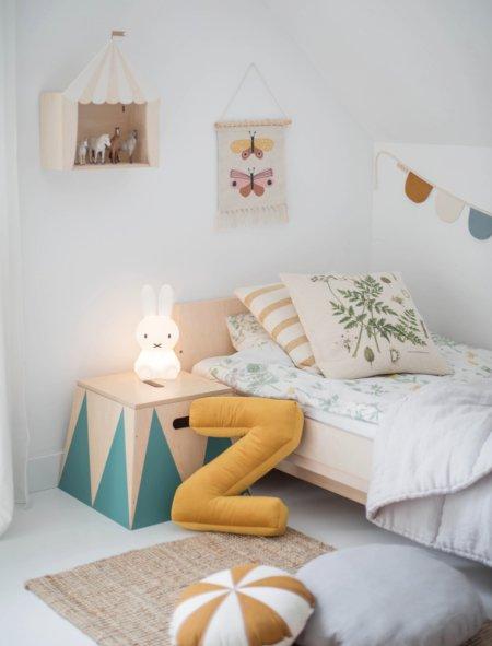 Naturmaterialien, sanfte Retrofarben und ein warmes Nachtlicht: Schon wirkt das komplett weiße Kinderzimmer urgemütlich