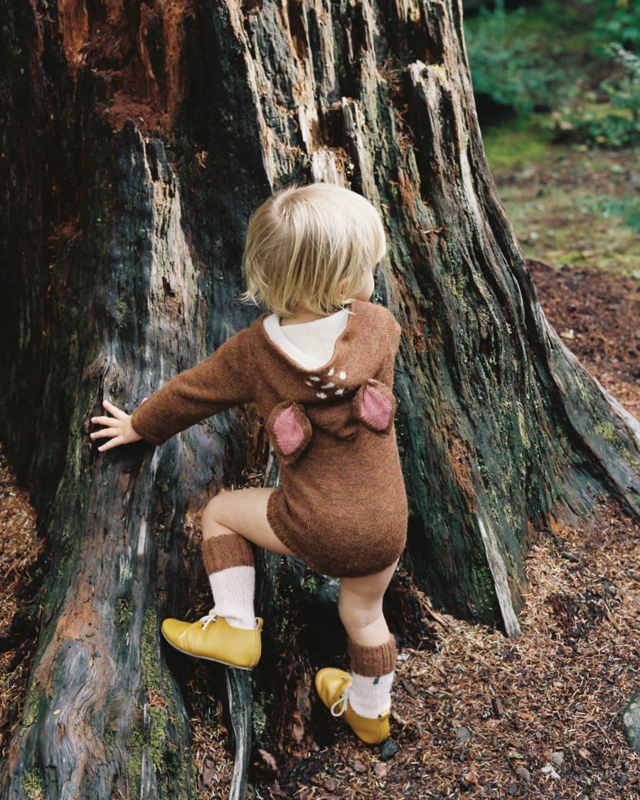 Diesen Herbst springen scheue, kleine Rehe im Bambi-Onesie von Oeuf durch Wald und Wiesen. Image © Maria Lang for Oeuf