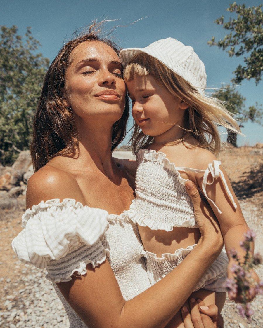 Ein romantisches Motiv in der Kunst und in der Mode: Mutter und Kind werden beim Organic-Label LIILU natürlich und pittoresk porträtiert