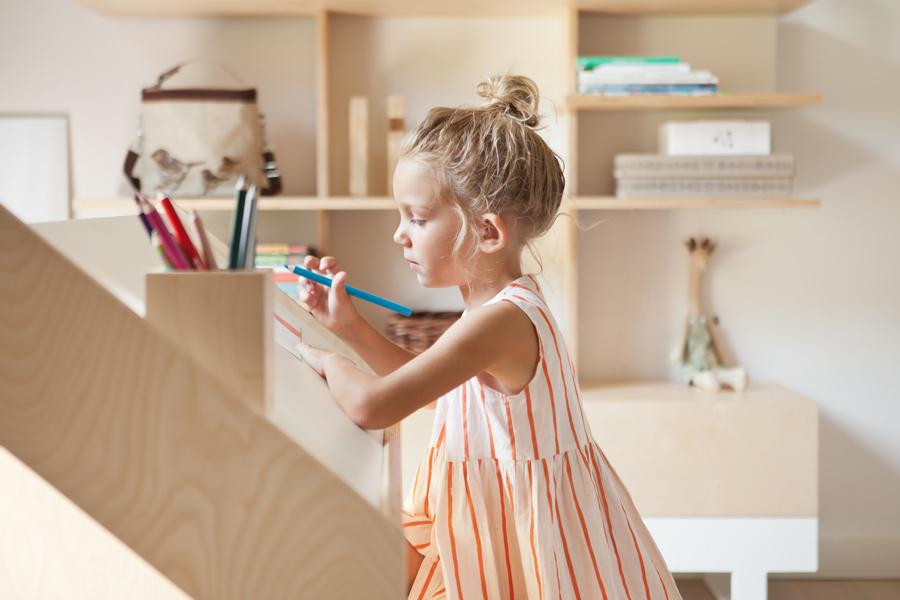"""Selbstvergessen und in Ruhe ein Bild malen – der Kinderschreibtisch """"Roof"""" von Kutikai beflügelt die Fantasie"""