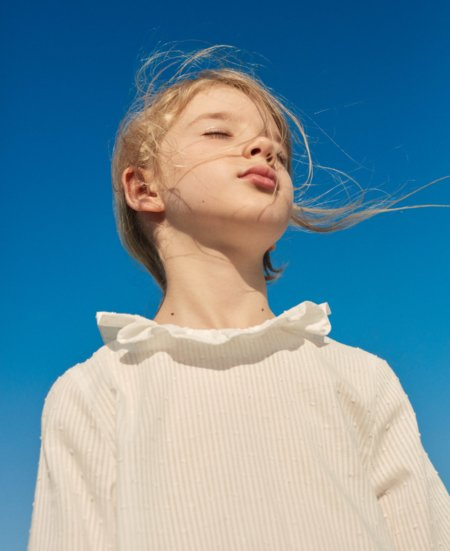 Hell und klar! ARKET steht für skandinavische Leichtigkeit und hat auch wunderschöne Kindermode im Repertoire