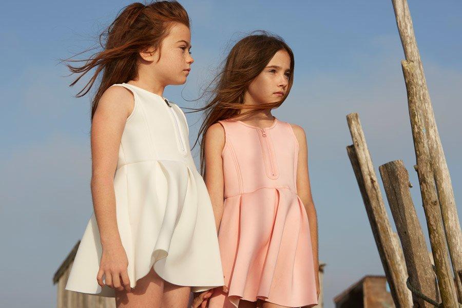 Neopren, ein Stoff, der im Wasser zuhause ist, macht auch an Land eine gute Figur: Sportliche Sommerkleider von Fish & Kids für SS17