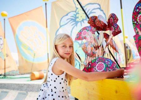 Das Motto der Kindermodemesse war überall spürbar: Selbst die Fächer waren im Blumenmuster designt – Image © AKAstudio Collective