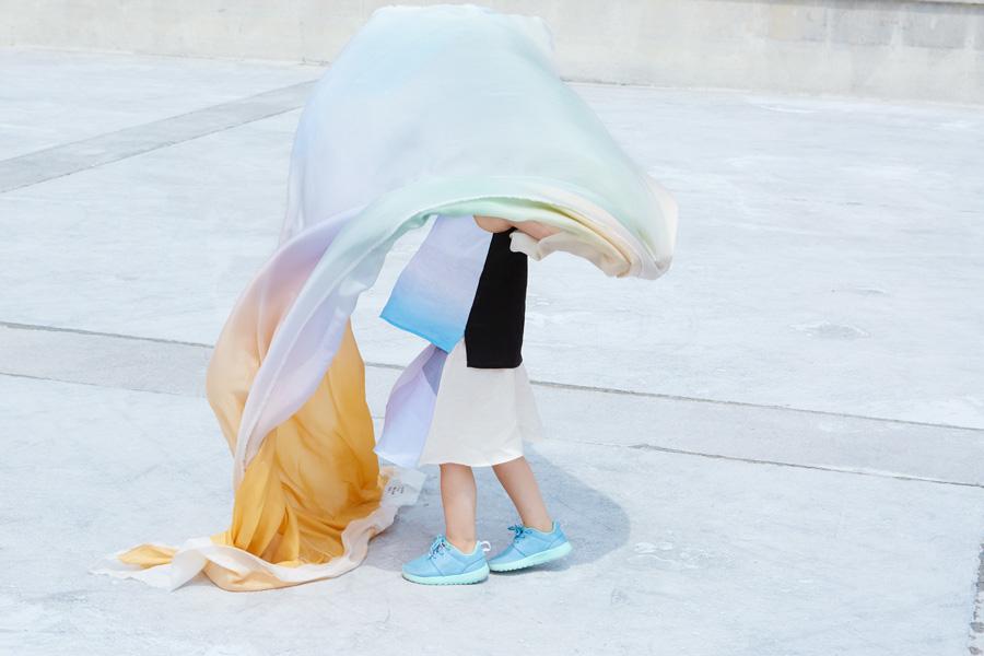 So schön kann Hightech-Fashion aussehen: Bei ANCHOVY werden Farbverläufe aus der App auf Leinen und Seide gedruckt