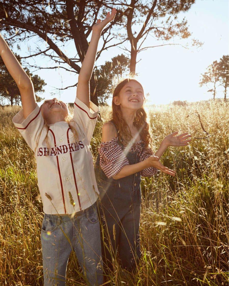 In Hoch(sommer)stimmung: Fish & Kids setzt für seine bequeme Sommermode auf einen Mix aus Sportlich und Mädchenhaft