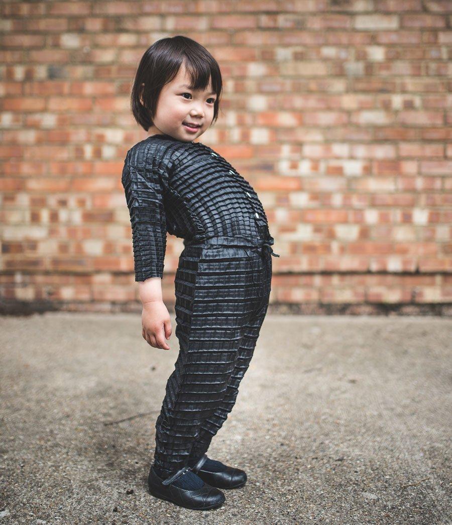 Age is just a number! Momo in einem mitwachsenden Outfit von Petit Pli, welches auch ihrer kleinen Schwester Nana passen würde