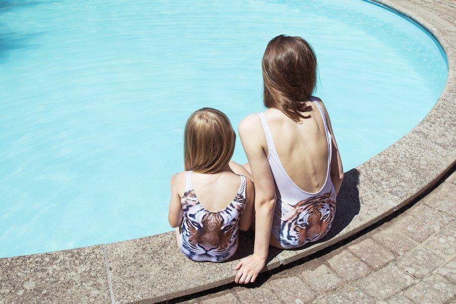 Mini Me Looks zum Brüllen stylisch! Das dänische Label Popupshop holt die Wildnis an den Beckenrand