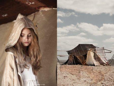 """Ein Nomadenmädchen im """"NOMAD Cape"""" von Little Creative Factory – der perfekte Schutz vor Wind und Hitze"""
