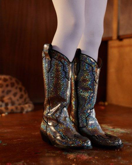 Mamma Mia wie das funkelt! Mit viel 70s Disco Glamour holt das Schuhlabel MAISON MANGOSTAN die Cowboy Boots aus der staubigen Prärie