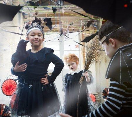 Dürfen auf keiner Halloween-Party fehlen: Hexen, Vampire und eine schaurig-schöne Deko. Image © Meri Meri