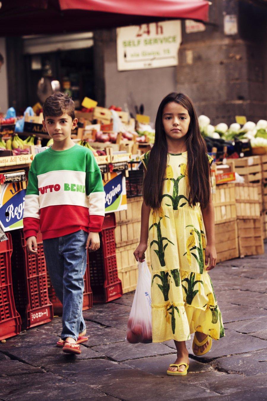 Zeit für einen Spuntino! Frisches Obst kauft man in Italien auf dem Mercato. Den ultimativen Italo-Look liefert das schwedische Label MINI RODINI
