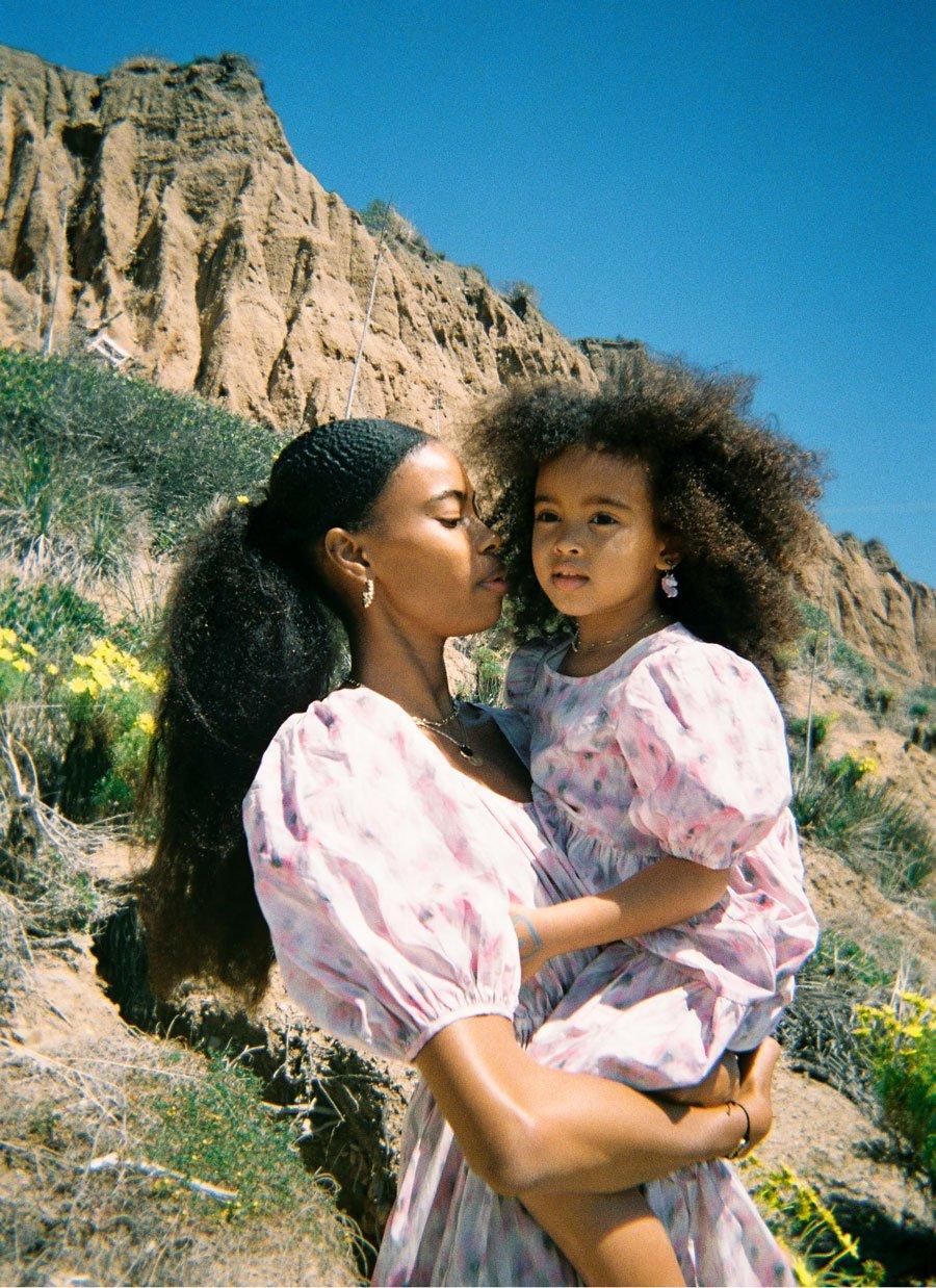 Influencerin Raschelle Osbourne mit Tochter Lola im zart-geblümten Partnerlook aus der ersten & OTHER STORIES Kids Capsule Kollektion