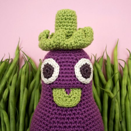 Vitamine zum Spielen und Kuscheln: Régine L'Aubergine, die majestätische Babyrassel aus der MyuM Veggy Toy Family