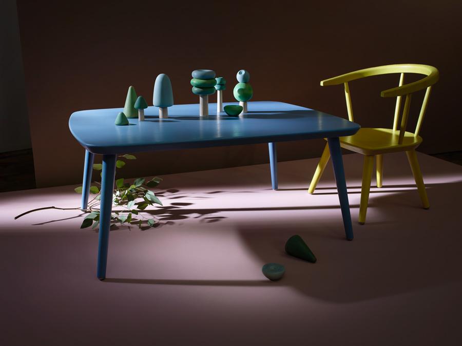 Spieltisch und Kinderstuhl der Serie SIB stehen bereit, um mit dem Holzspielzeug TRE verschiedene Baum-Konstellationen zu erschaffen