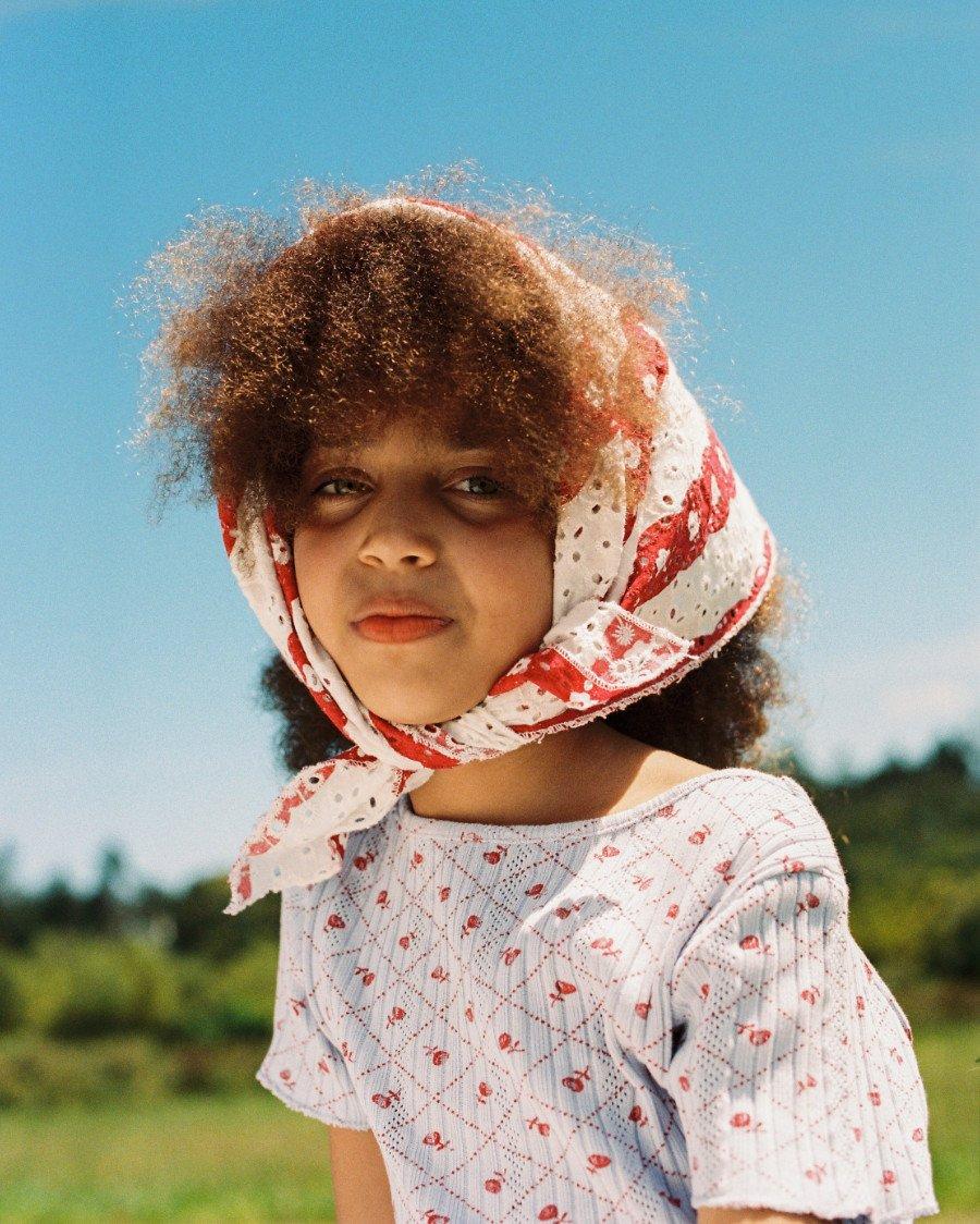 Nostalgischer Sonnenschutz für Erdbeerpflücker: das Broderie Anglaise-Kopftuch im Erdbeer-Sahne-Look von THE CAMPAMENTO