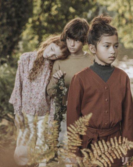 Into the Woods ... Das Madrider Kindermodelabel THE NEW SOCIETY sonnt sich in den Farben der goldenen Jahreszeit