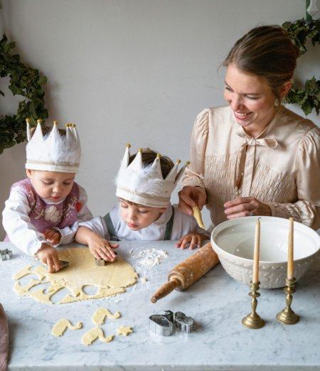 Süße Schwäne für eine herbe Zeit: Theresa Baumgärtner und ihre Kinder in der Schlossbäckerei © Melina Kutelas/Brandstätter Verlag