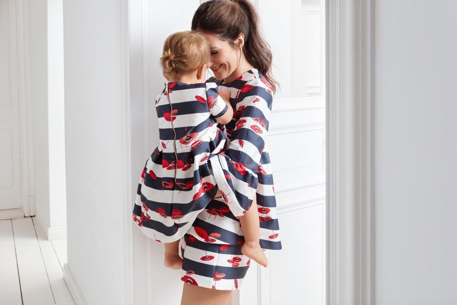 Hier trifft Marine auf Asien – Johanna Klum und ihre süße Tochter in Outfits von mint&berry
