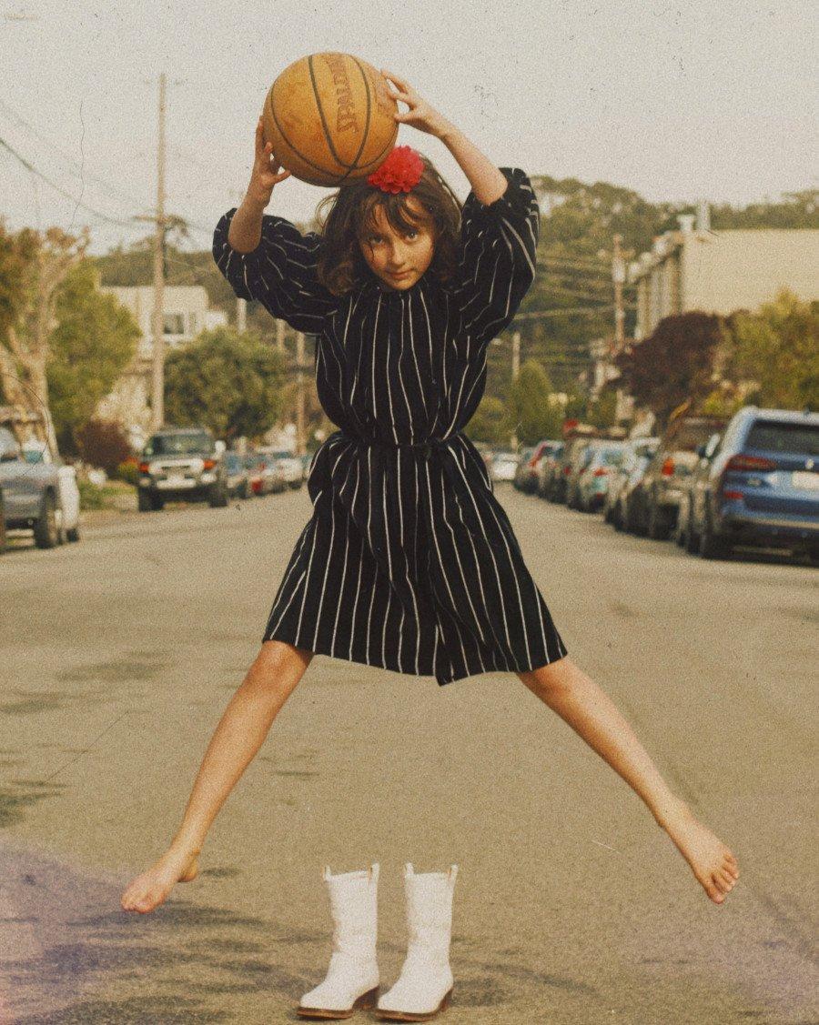 """""""The White Stripes"""" treten wieder auf, in San Francisco, auf einem samtweichen Kleid von WE ARE KIDS"""