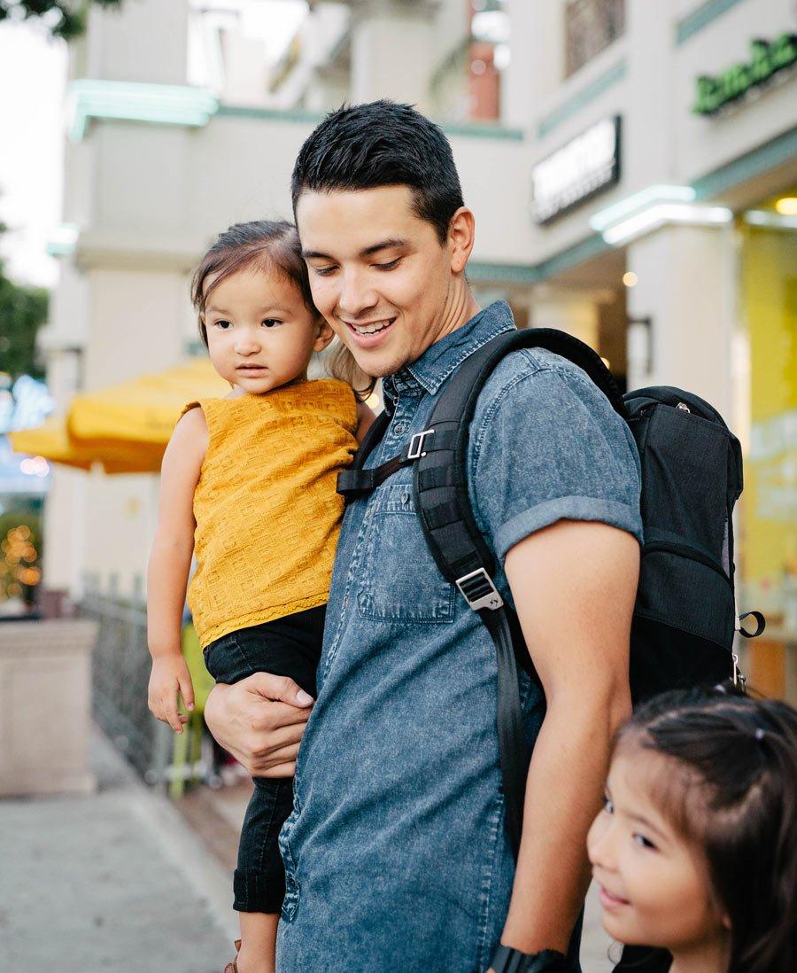 Die perfekte Wickeltasche für Männer – Daddy hat dank Rucksack HATCH alle Hände frei für die Kids
