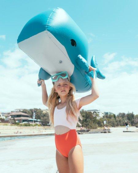 Kopf hoch, Wasserratte! Der Sydney Badeanzug von YELLOW JUNGLE schützt vor fiesen Strahlen. Image © Luca Podrigo for Sandcastle Mag