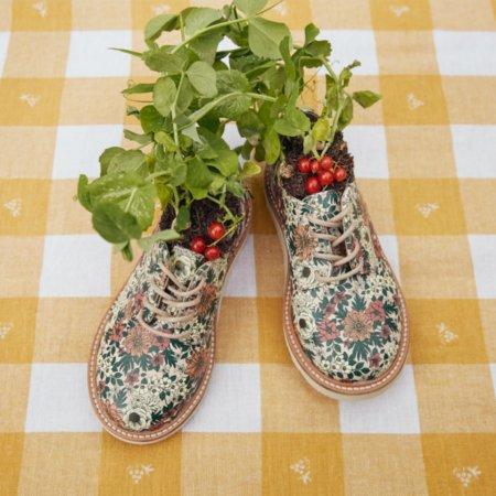 Designerin Louise Shill erntet die Früchte ihrer Staycation: Flora-Derbies von YOUNG SOLES