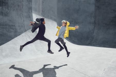 Jump up in the Air – die Regenjacken von SWAYS für den Sommer 2016 in Aktion. Photo © Jannick Boerlum