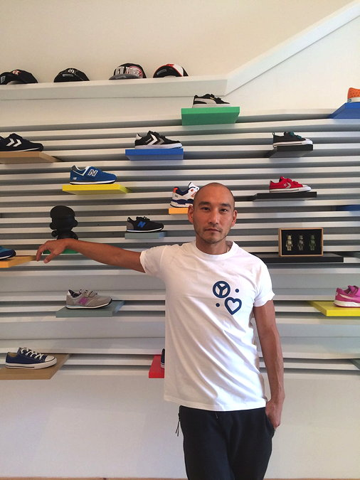Sneaker-Experte Kwon Kim in seinem Yumalove T-Shirt