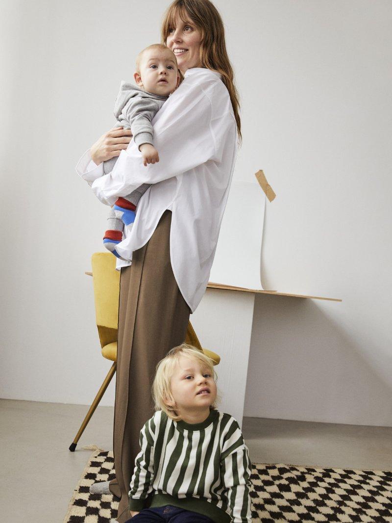 Skandinavisches Understatement für die ganz Kleinen! Der graue Hoodie-Overall gehört jetzt auch zur ARKET-Family