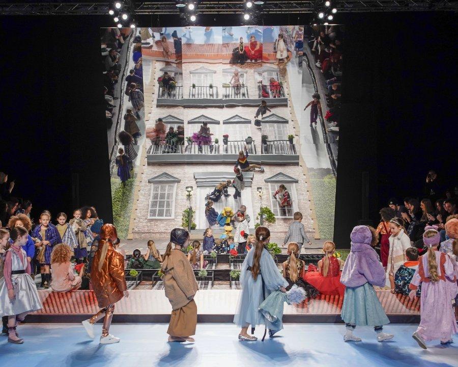 Wie eine Box voll modischer Süßigkeiten erschien uns das spektakuläre Bühnenbild der Apartment Fashion Show. Image © G. Giannoni