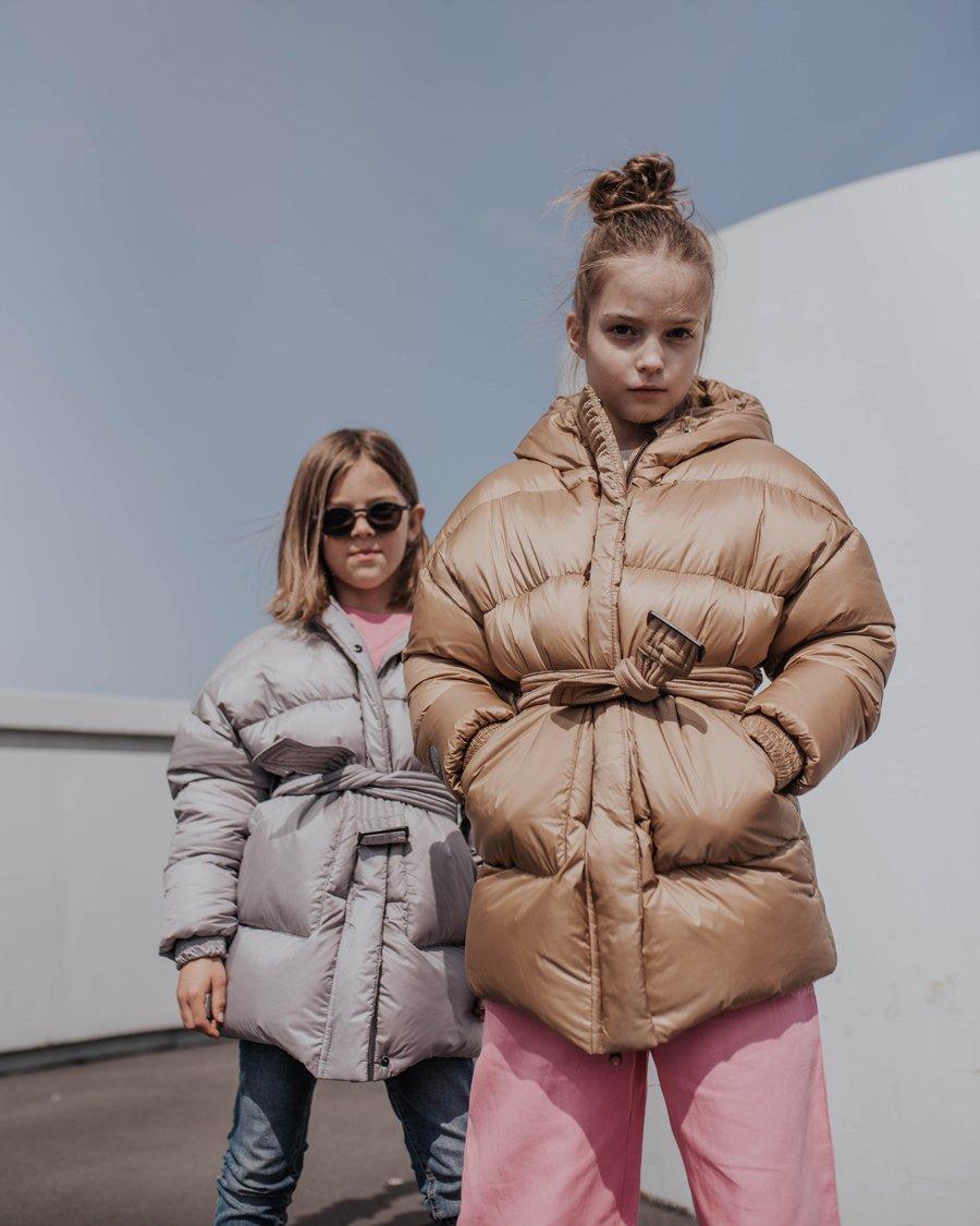 Frostfrei posen in der Pause. Die Military-Jacke von FLUFF, aus antiallergenen Naturdaunen, gibt es auch für Damen