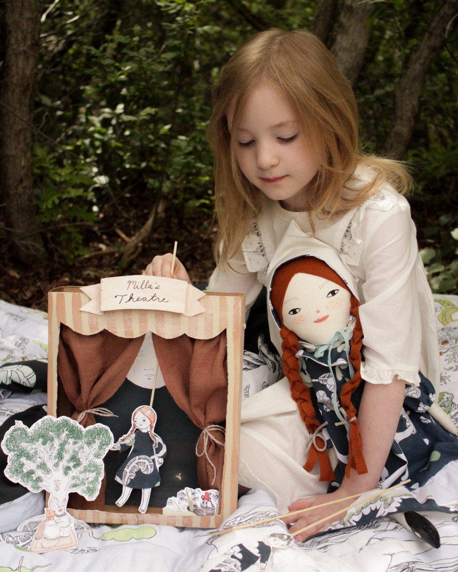 Aus einer Kellogg's Schachtel ein Puppentheater basteln: Auf Merrilee Liddiards Theaterbühne wird der verzauberte Wald von FORIVOR lebendig