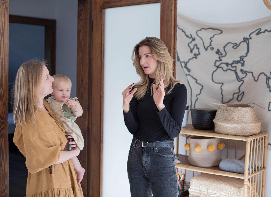 Interior Designer Kamila Snela (links) half Ania Kolodziej von KUTIKAI dabei, das Beste aus Zosias Kinderzimmer herauszuholen