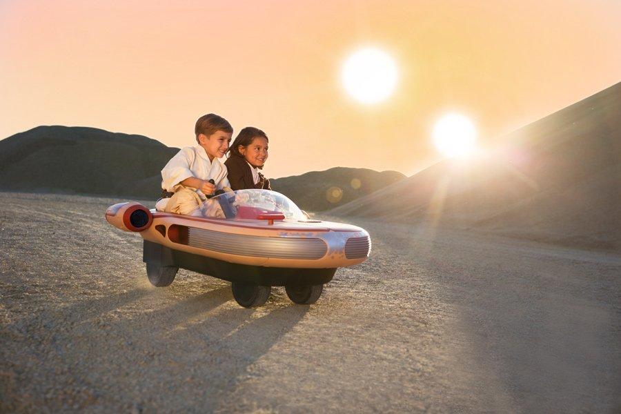 Mit vollem Karacho über den Wüstenplaneten Tatooine: der erste Landspeeder für Kids erfüllt Träume