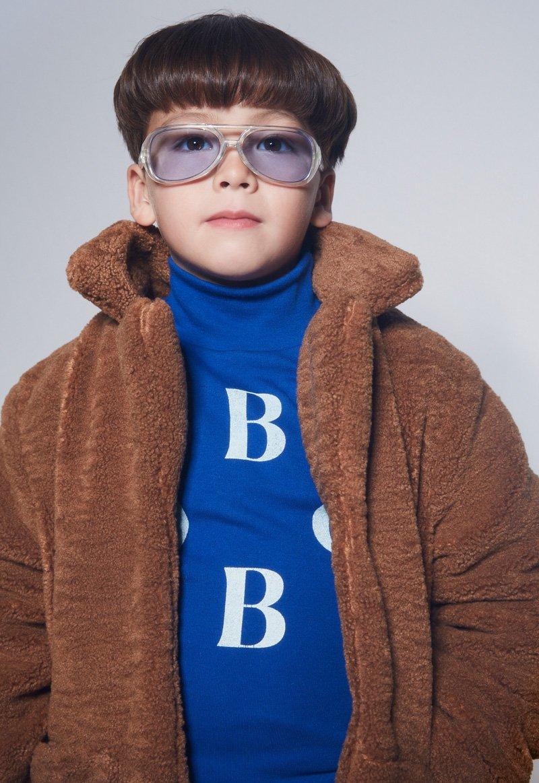Nichts geht über Bärenjacken ... Minyo kuschelt sich in sein Lieblingsfell: Plüschjacke und Rolli BOBO CHOSES